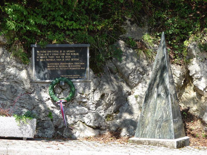 Spomenik izgnancem duhovnikom na poti na grad
