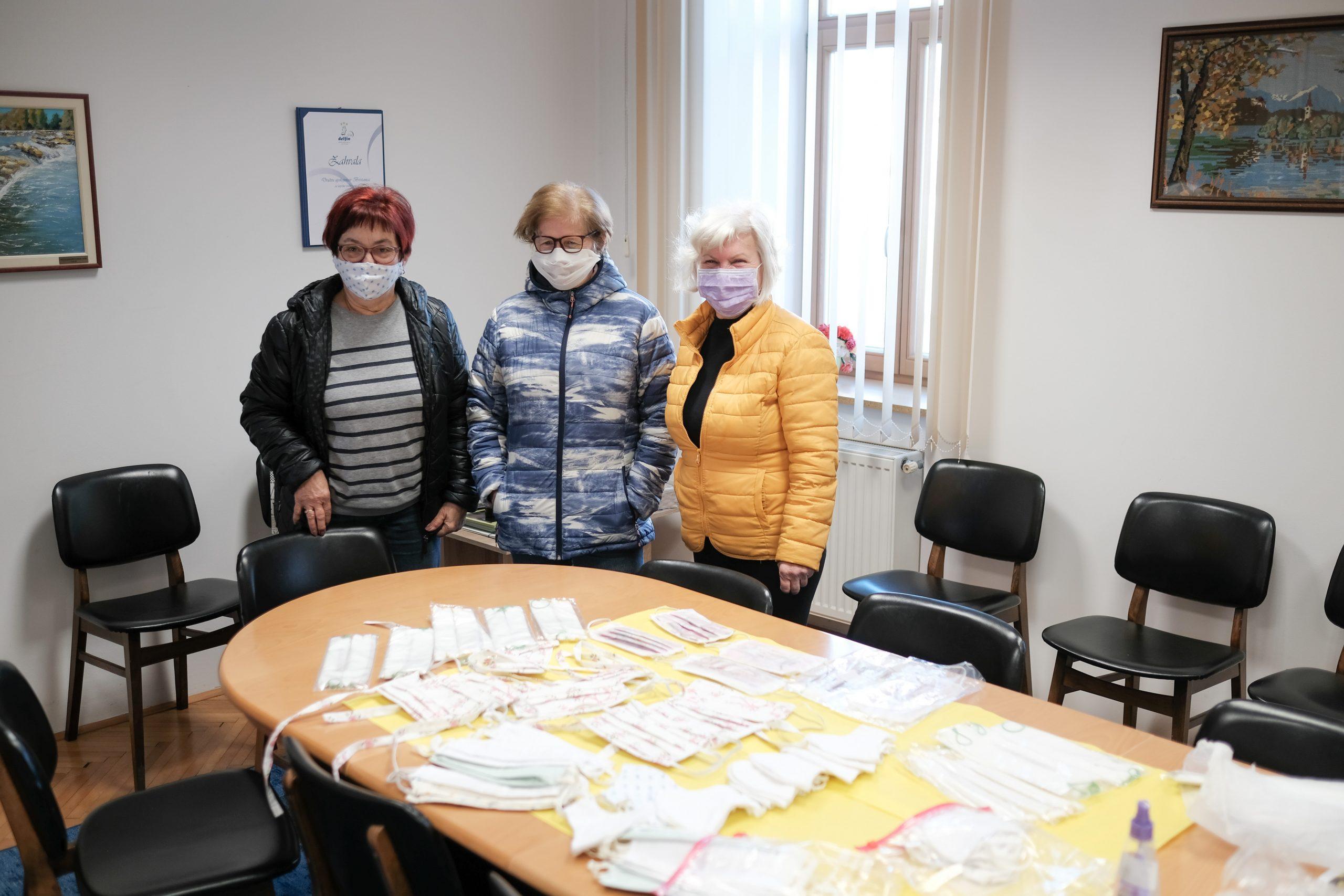 Šivajo in brezplačno delijo zaščitne maske v Brestanici